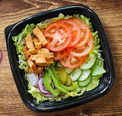 Například jako tady, BBQ kuřecí salát